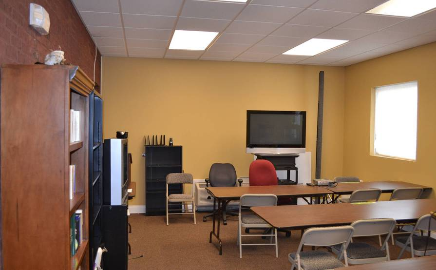 LARGE CONFERENCE TRAING ROOM HOLDS 25 PEOPLE