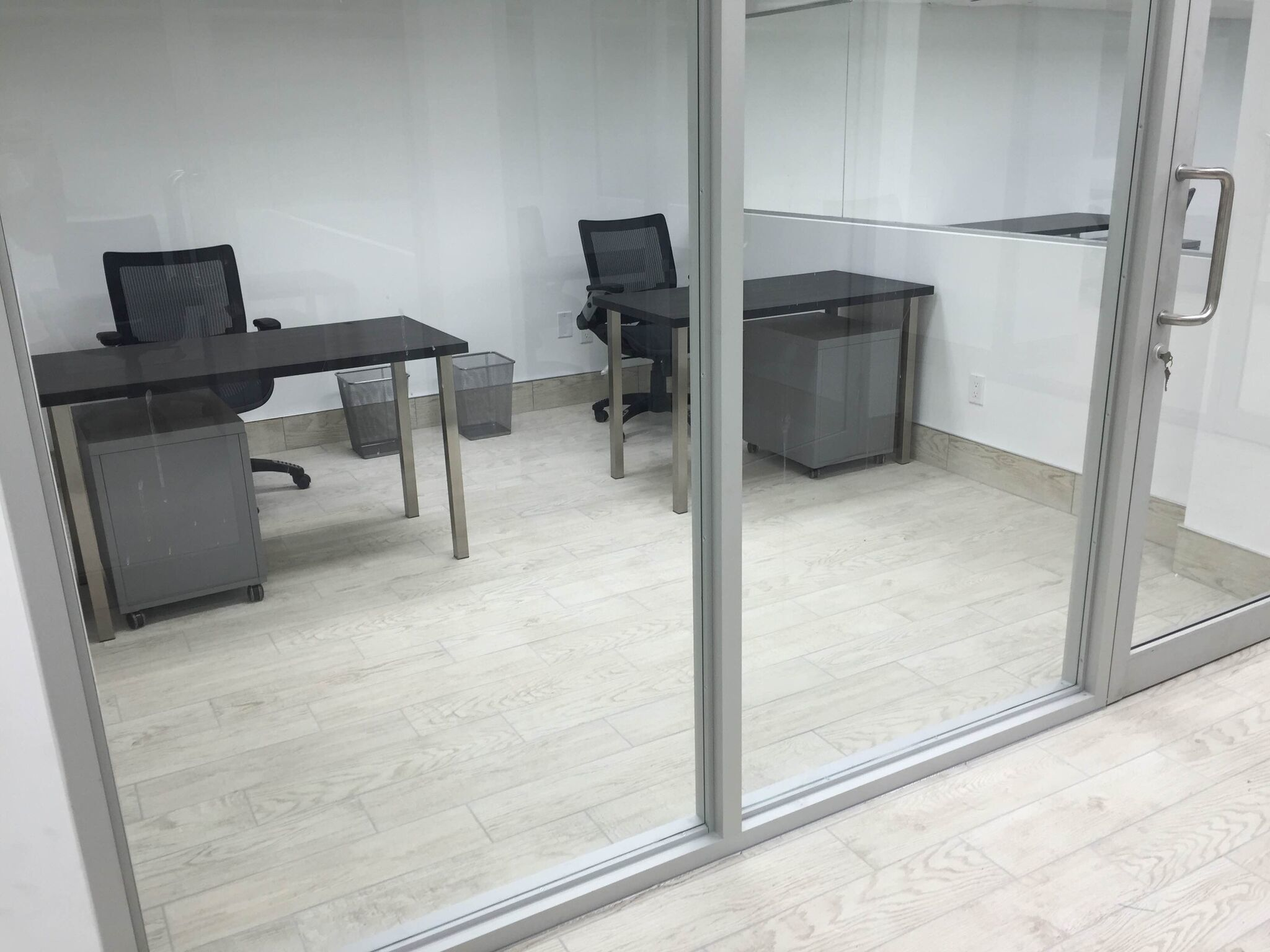 private glassed office space desks near me. Black Bedroom Furniture Sets. Home Design Ideas