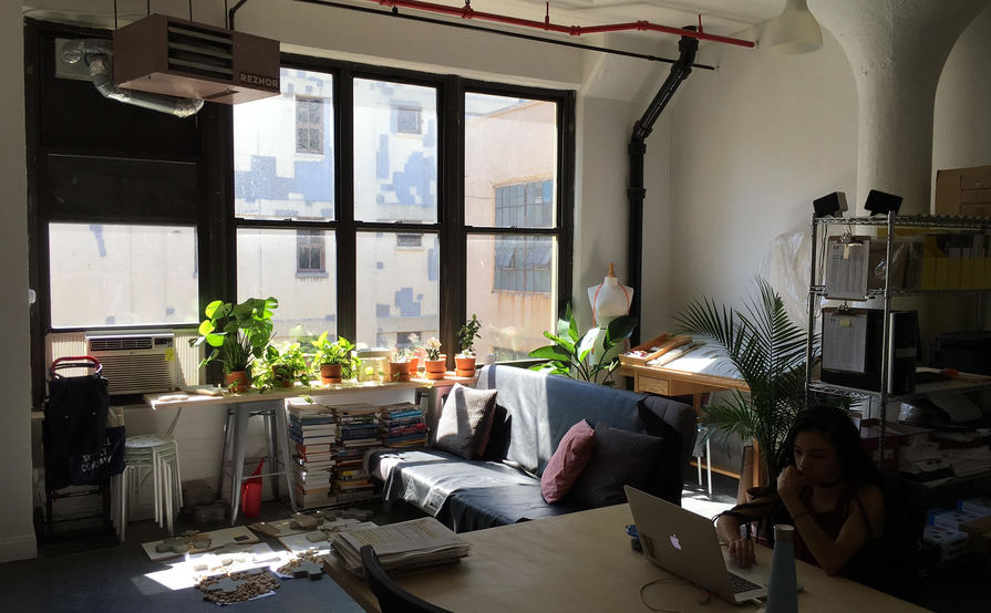 Desk space in a spacious, sunlit studio // Daily or Monthly