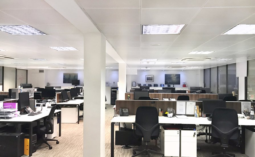 6 x Serviced Desk Spaces in newly furbished, sociable office in Moorgate. Available 30th Jan